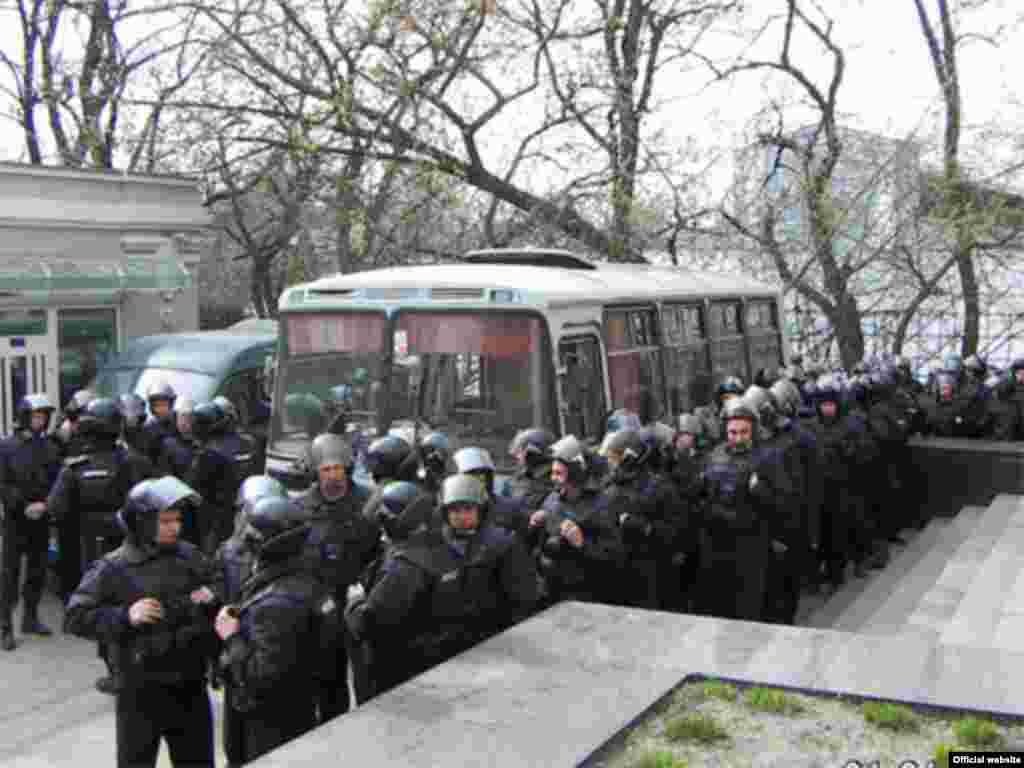 Ukraine - Riot police guard during mass demonstrations in Kyiv, 04Apr2007