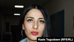 Заключенная женщина-трансгендер Виктория Беркходжаева в коридоре суда первой инстанции. Алматы, март 2020 года.