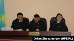 Судьи апелляционной коллегии городского суда Астаны (слева направо) Марат Солтыбаев, Аскаржан Кенжегарин и Алма Есымова, рассматривающие жалобу на приговор Кушакбаеву. Астана, 30 мая 2017 года.