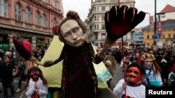 Маска «Путіна з ведмежими лапами», що нині стала жертвою «патріотичної» росіянки, на цьому фото у Празі 17 листопада 2014 року
