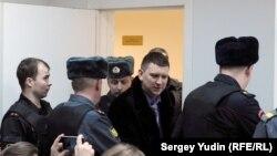 Председателя Петрозаводского городского совета Олега Фокина вводят в зал суда