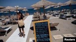 Надпісы на пляжах у Грэцыі заклікаюць вытрымліваць сацыяльную дыстанцыю