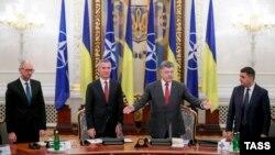 Генеральний секретар НАТО Єнс Столтенберґ та президент України Петро Порошенко у Києві, 22 вересня