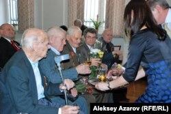 Жеңістің 70 жылдығына арналған медаль алған ардагерлер сусын ішіп отыр. Алматы, 2 сәуір 2015 жыл.