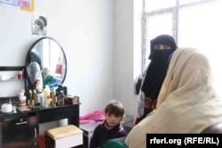 Pár hónappal a második tálib hatalomátvétel előtt kilencszáz afgán belső menekült nő kapott kozmetikus- és varrónői képzést Kandahárban 2021 júniusában