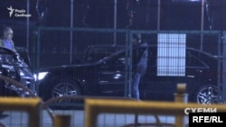 З авта вийшов водій і помахав комусь