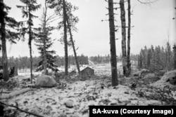 Tancuri sovietice (pe drumul din fundal) avansează către teritoriu finlandez