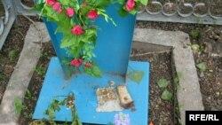 Пасхальная еда, оставленная посетителями кладбища №2. Алматы, 7 мая 2009 года.