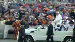 Понтифік покатав дітей мігрантів на «папамобілі» – відео