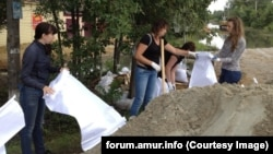 Волонтеры укрепляют дамбу в Благовещенске
