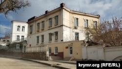 Еще одно здание Севастопольского индустриально-педагогического колледжа имени П. И. Менькова на улице Советской, 65