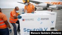 Վենեսուելայի օդանավակայանում աշխատակիցները տեղափոխում են Sputnik V պատվաստանյութը, 29-ը մարտի, 2021թ.