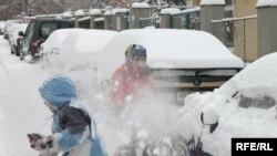 Дети, разумеется, радуются и играют в снежки, а вот взрослые смотрят на снег с беспокойством