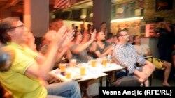 Фанаты в Белграде смотрят матч между Бразилией и Хорватией, 12 июня 2014.
