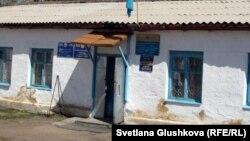 Бектау ауылындағы әкімдік кеңсесінде орналасқан пошта бөлімшесі. Ақмола облысы, 7 мамыр 2012 жыл.