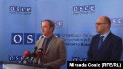 Profesor Vlado Azinović i šef OSCE u BiH Jonathan Moore na konferenciji u Konjicu, 6. april 2016, foto: Mirsada Ćosić