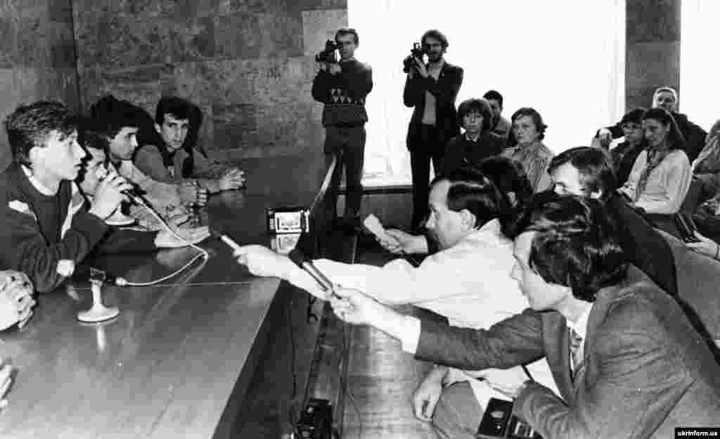 Під час пресконференції у Будинку профспілок координаційного комітету голодуючих студентів. Із мікрофоном – Олесь Доній, один із лідерів Революції на граніті. Київ, 11 жовтня 1990 року