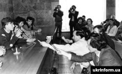 Во время пресс-конференции в Доме профсоюзов координационного комитета голодающих студентов. С микрофоном – Олесь Доний. Киев, 11 октября 1990 года
