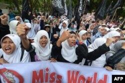 """Индонезийские мусульманки протестуют против """"порнографических"""" конкурсов красоты """"Мисс мира"""""""