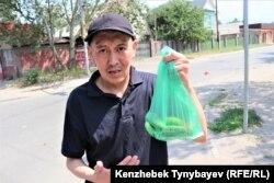 Житель микрорайона Бейбит Ажитаев озабочен тем, что сильно подорожали овощи. Алматы, 7 июля 2021 года