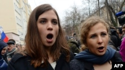 Pussy Riot founding members Nadezhda Tolokonnikova (left) and Maria Alyokhina (file photo)