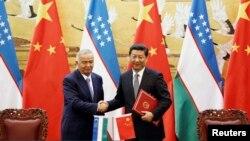 Өзбекстан президенті Ислам Каримов (сол жақта) пен Қытай басшысы Си Цзиньпиннің кездесуі. Пекин, 19 тамыз 2014 жыл.