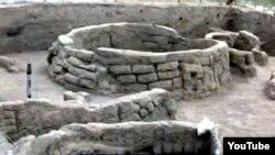 200 kv.m sahədə aparılan tədqiqat zamanı çiy kərpicdən tikilən ev, təsərrüfat quyuları və qəbir aşkar edilib