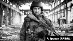 Фото українського воїна Сергія на руїнах промислової зони поблизу Авдіївки було зроблене за місяць до його загибелі 25 квітня 2017 року від мінометного обстрілу
