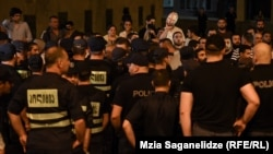 Полицейский кордон на ЛГБТ-акции, 14 июня 3019 г.