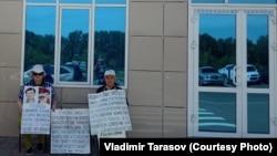 Валентина и Владимир Тарасовы проводят возле здания прокуратуры Восточно-Казахстанской области акцию протеста против действий ведомства, которое не возобновляет расследование гибели их сына Григория Тарасова. Усть-Каменогорск, 13 июня 2018 года.