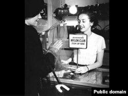 В магазине нейлоновых чулок. США, 1950-е