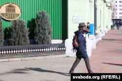 Ирандық студент оқыған университет маңында кетіп бара жатқан адам. Минск, 28 ақпан 2020 жыл.