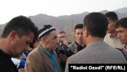 Махмадюсуф Исмоилов беседует с журналистами после своего освобождения в 2011 году