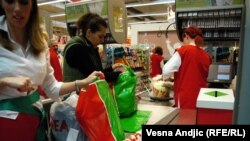 Srbija: Čekovi spas od praznog frižidera