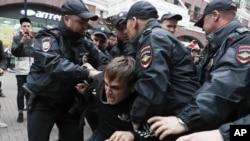 Ռուսաստան - Ոստիկանները բերման են ենթարկում բողոքի ակցիայի մասնակցի նկատմամբ, Մոսկվա, 17-ը օգոստոսի, 2019թ․