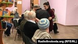 Библиотекарь Эльваира Авдеева помогает читателю