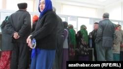 Пенсионеры Ашхабада в очереди. (Иллюстративное фото)