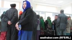 Пенсионеры в отделении почты в очереди за пенсией, Ашхабад
