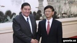 Председатель Службы национальной безопасности Узбекистана Рустам Иноятова (слева) со своим китайским коллегой, 14 октября 2014 года.