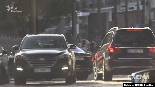 Авто Кауфмана перетнуло подвійну суцільну смугу, виїхало на зустрічну і повернуло до приміщення, де розташований його офіс