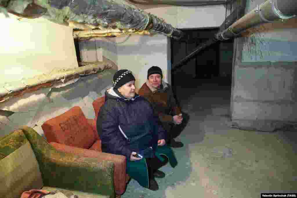 Люди сидят в бомбоубежище в Петровском районе Донецка. 24 марта 2021 года. Город удерживают сепаратисты.