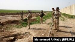 جنود عراقيون عند معبر ربيعة الحدودي مع سوريا