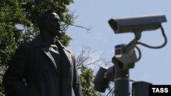 Помятник основателю ВЧК РСФСР Феликсу Дзержинскому на фоне камеры слежения