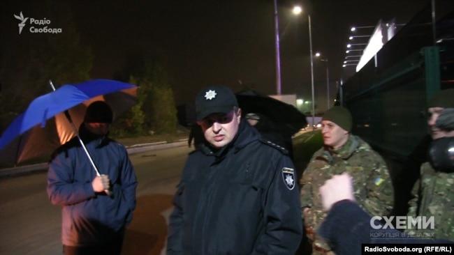 Поліцейські в аеропорту не реагують на перешкоджання журналістській діяльності