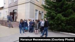 Родственники у здания новосибирского СИЗО