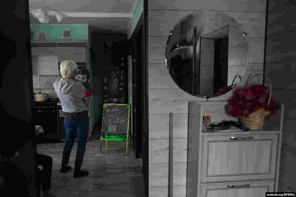 Маленькая Паўлінка застаецца з бабуляй Тамарай Міхайлаўнай, маці Дар'і, калі яна езьдзіць у Жодзіна да Ігара