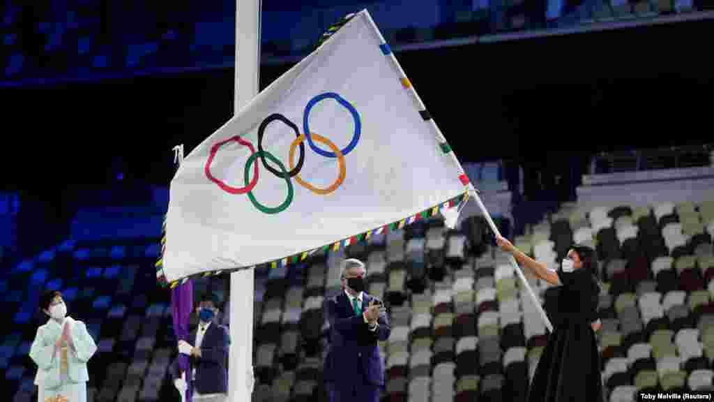 Эл аралык Олимпиада комитетинин президентиТомас Бах олимпиадалык желекти Париждин мэри Анн Идальгого өткөрүп берди. Туптуура үч жылдан соңдал ушул шаарда XXXIII жайкы Олимп оюндары өтөт.