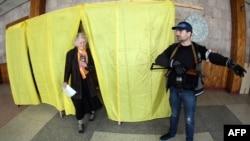 Ուկրաինա – Զինված ռուսամետ ակտիվիստը հսկում է քվեարկության ընթացքը, Դոնեցկ, 11-ը մայիսի, 2014թ․