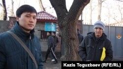 Признанные негодными к воинской службе по состоянию здоровья Болатбек (слева) и Мадияр (справа) говорят, что хотели бы служить в армии. Алматы, 3 декабря 2013 года.