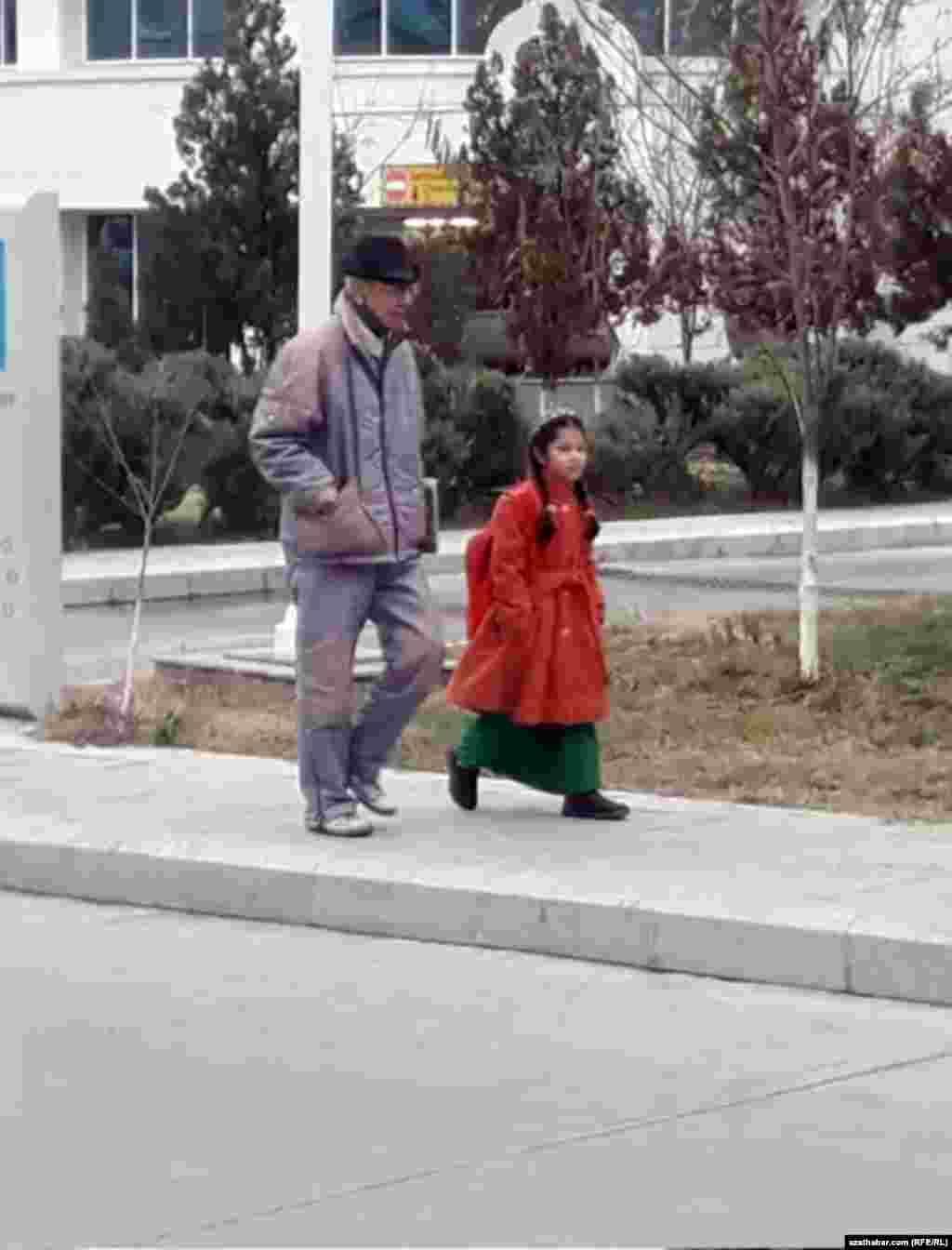 Aşgabat. Ýol ýakasyndan barýan ataly-gyz. Dekabr, 2019.